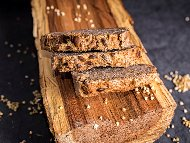 Домашен безглутенов пълнозърнест веган хляб от сурова елда, ленено семе, сусам, кашу и бакпулвер